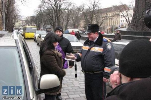 Львівська ДАІ роздавала жінкам-водіям торти