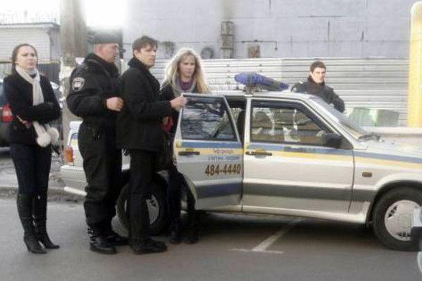 Активістка жіночого руху Femen запустила тортом в Олеся Бузину