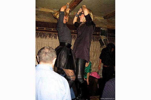 Ксенія Собчак у Швейцарії розважалась сосисками та танцями на столі