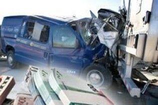 Інкасатори зіткнулися із фургоном, що перевозив грабіжників банків