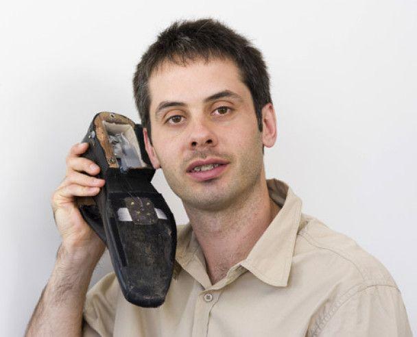 Мобільний телефон вмонтували в черевики