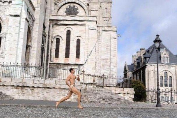 Голий легкоатлет бігав Парижем