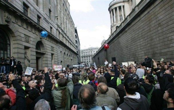 """У Лондоні відзначають """"день фінансового дурня"""""""