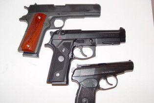 Пенсіонер пішки йшов до України з 16 пістолетами