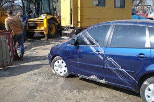 У Києві знову провалився автомобіль під асфальт