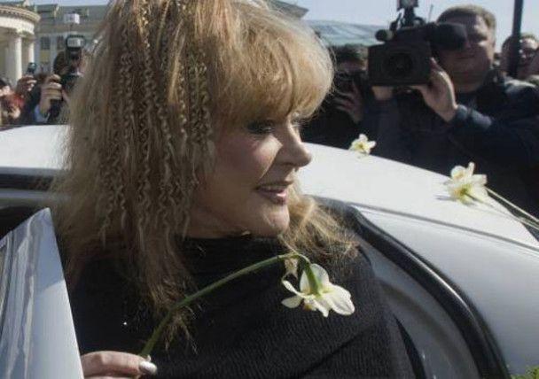 Жовті квіти та лімузин для Пугачової