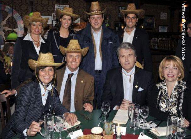 Ющенко розважився в Німеччині за пивом і картами
