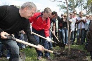Київська мерія б'є рекорди озеленення: 62 дерева та 9 тис квіток на годину