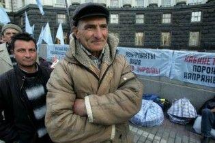 Кримські татари оголосили голодування під вікнами в Тимошенко