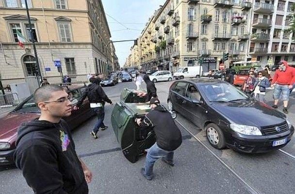 Сутички в Італії: студенти показали поліцейським дупи