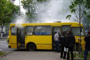 У Києві біля метро Лук'янівка спалахнула маршрутка