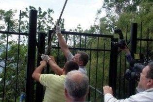 Ялтинці знесли паркан, яким бізнесмени огородили міський пляж