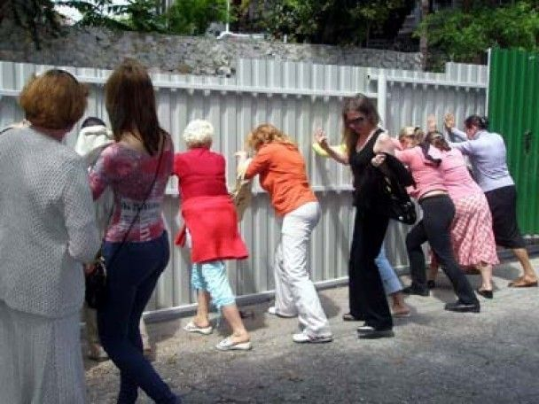 Кримчани кувалдами зносять паркани на пляжах