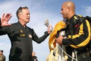Джордж Буш-старший відсвяткує 85-річчя стрибком з парашутом