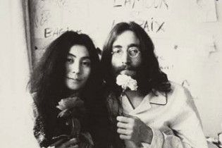 Плакат, написаний рукою Леннона, піде з молотка