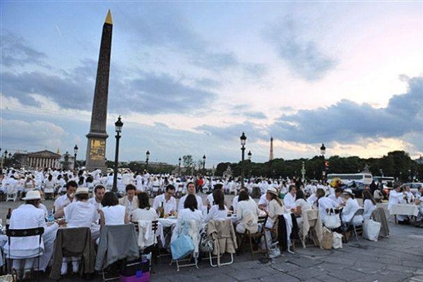 """Паризький флеш-моб """"Обід в білому"""""""