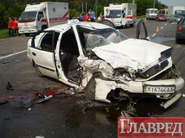 В Києві зіткнулися іномарки: двоє людей загинули, троє поранені