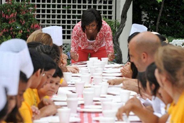 Мішель Обама зібрала перший врожай