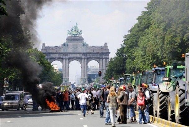 Сотні фермерів заблокували Брюссель тракторами
