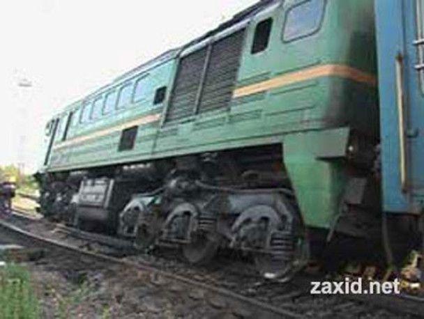 На Прикарпатті потяг зійшов з рейок після зіткнення з бульдозером