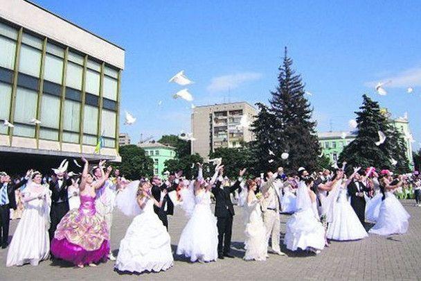 Наречені Дніпропетровська влаштували карнавал кохання