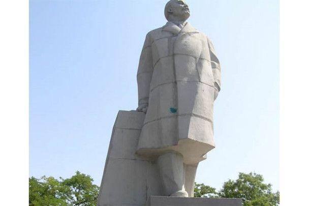 """""""Братчики"""" сплюндрували пам'ятник Леніну в Одесі"""