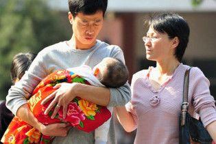 У Китаї влада відбирала у батьків дітей і продавала їх іноземцям