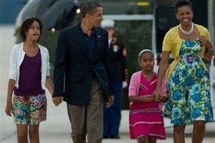 Обама з дружиною та дочками прилетів до Москви