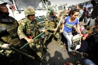 В Китаї тривають міжетнічні сутички. Поліція стріляє по уйгурах