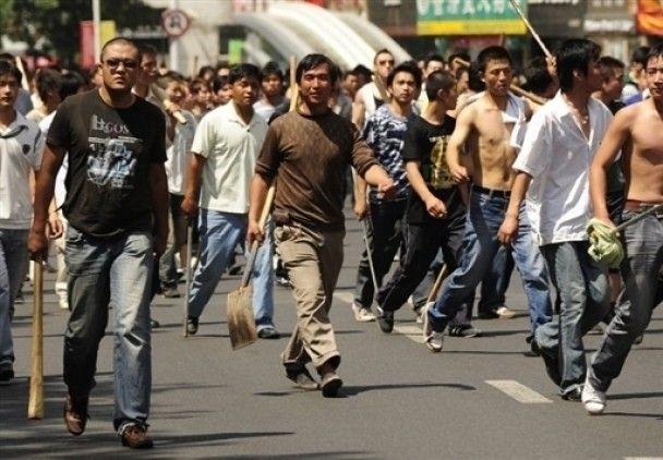 Натовпи уйгурів та китайців б'ються ножами та палицями