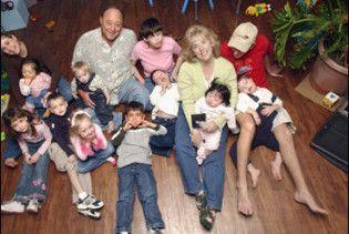 Невідомі розстріляли сімейну пару, залишивши сиротами 16 дітей