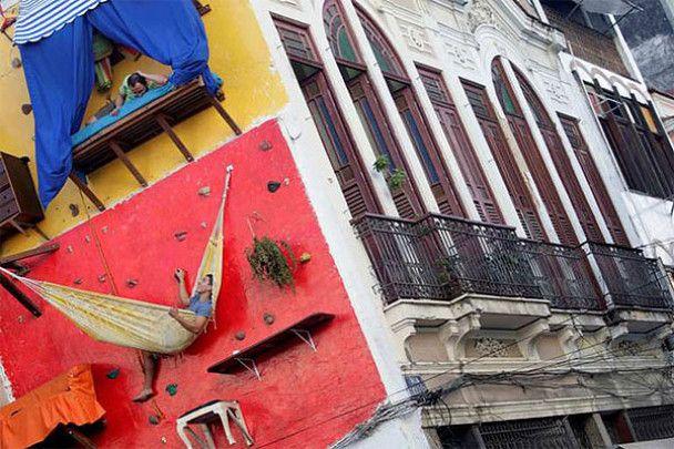 Брати-акробати живуть на стіні будинку