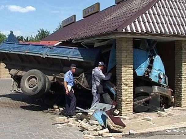 У Харкові вантажівка з цеглою заїхала в кафе