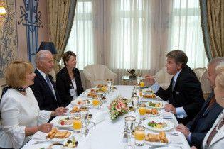 Ющенко пригостив Байдена варениками та ікрою