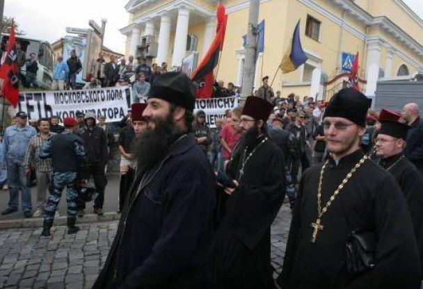 """Націоналісти та """"Беркут"""" прийшли під Лавру до патріарха"""