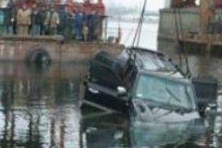Російський ДАІшник розігнав свій джип та полетів у Тихий океан