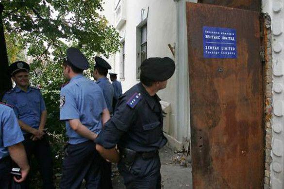 """Співробітники міліції біля будівлі НАК """"Надра України"""""""