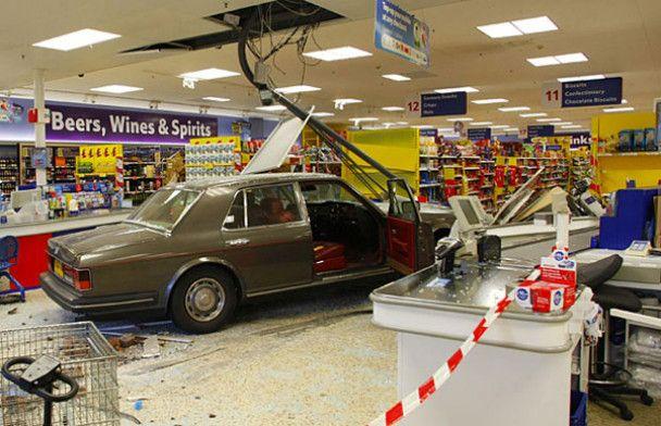 Розлючений британець протаранив на Rolls Royce стіну магазину