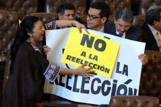 Парламент Колумбії з бійкою схвалив третій термін президента Урібе
