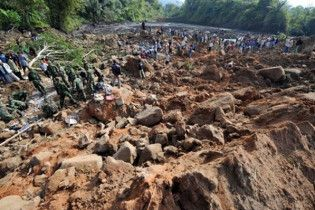 В Індонезії внаслідок зсуву під шаром бруду поховані десятки людей
