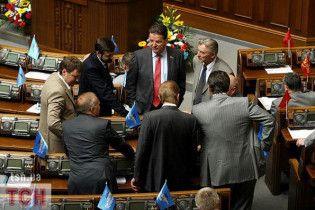Партія регіонів традиційно заблокувала трибуну Ради