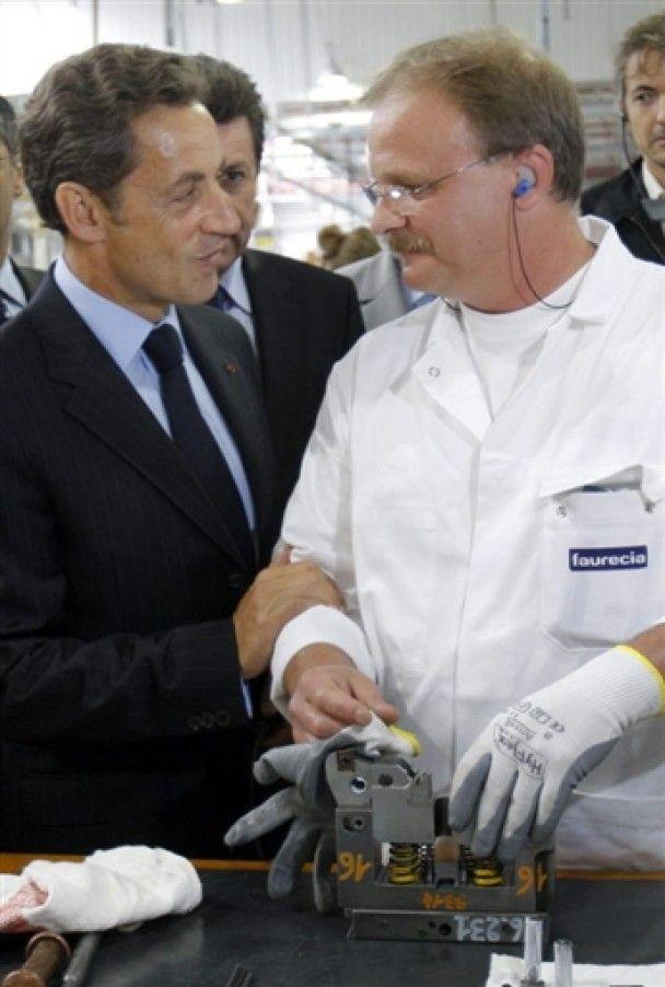 Під час візиту Саркозі на завод там зібрали тільки робітників його зросту
