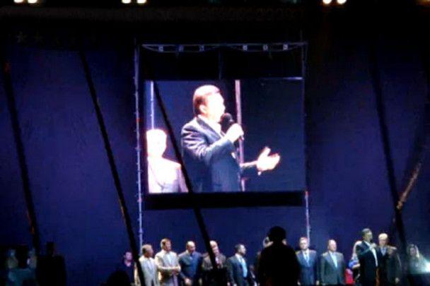 Янукович співав і танцював в Луганську