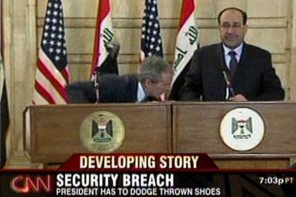 Журналіста, який кинув черевики в Буша, звільнили