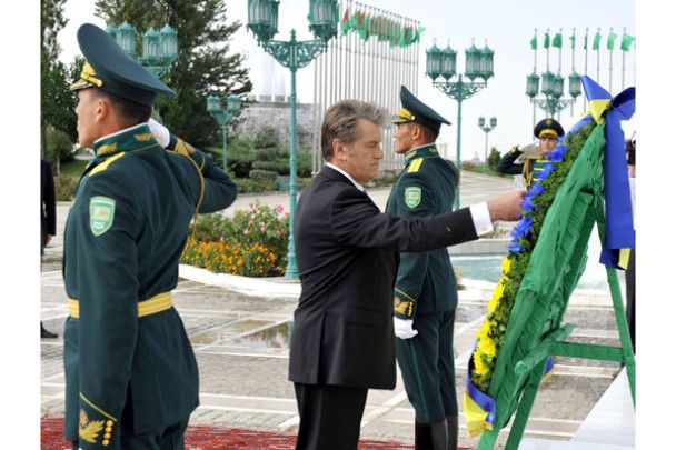 Ющенко в Туркменії посадив дерево