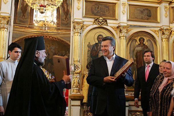 Януковичу подарували ікону для президентського кабінету і гетьманську булаву