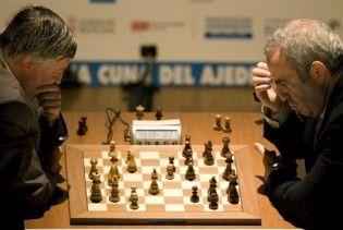 Каспаров переміг Карпова у першій та другій партіях