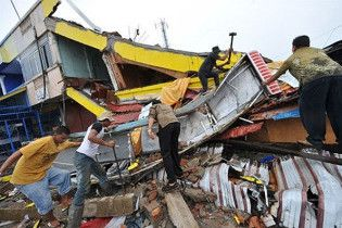 В Індонезії під завалами залишаються більше трьох тисяч людей
