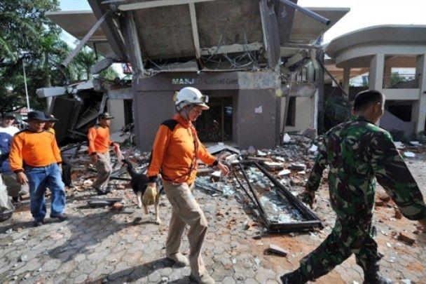 Після землетрусу на Суматрі дівчина 40 годин провела під завалами і вижила