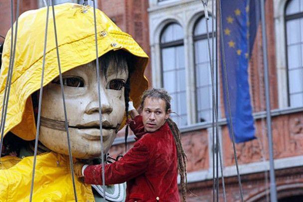 Гігантські маріонетки на вулицях Берліну